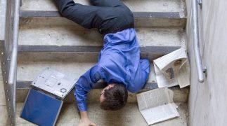 Caduta dalle scale in condominio, di chi è la responsabilità?
