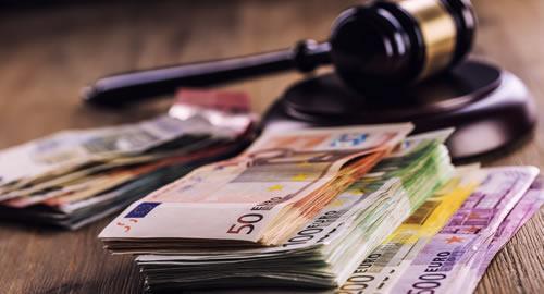 Una recente ordinanza della Cassazione (la n.751 del 18 gennaio 2016) ha stabilito che è legittimo addebitare le spese legali stabilite dal giudice nel decreto ingiuntivo al condomino moroso.